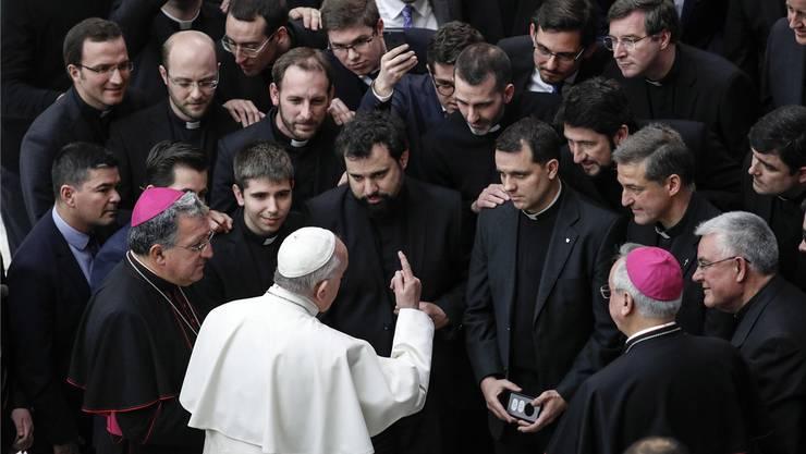 Papst Franziskus im Austausch mit Bischöfen und Priestern an der gestrigen Generalaudienz in Rom. G. Lami/EPA/KEY