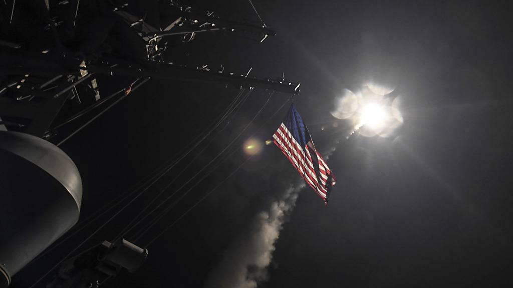 ARCHIV - HANDOUT - Das von der US-Navy zur Verfügung gestellt Bild zeigt den Zerstörer USS Porter (DDG 78) im Mittelmeer, während eine Tomahawk-Rakete abgefeuert wird. Erstmals seit vielen Jahren haben die USA die Zahl ihrer Atomsprengköpfe veröffentlicht. Foto: Ford Williams/U.S. Navy/AP/dpa