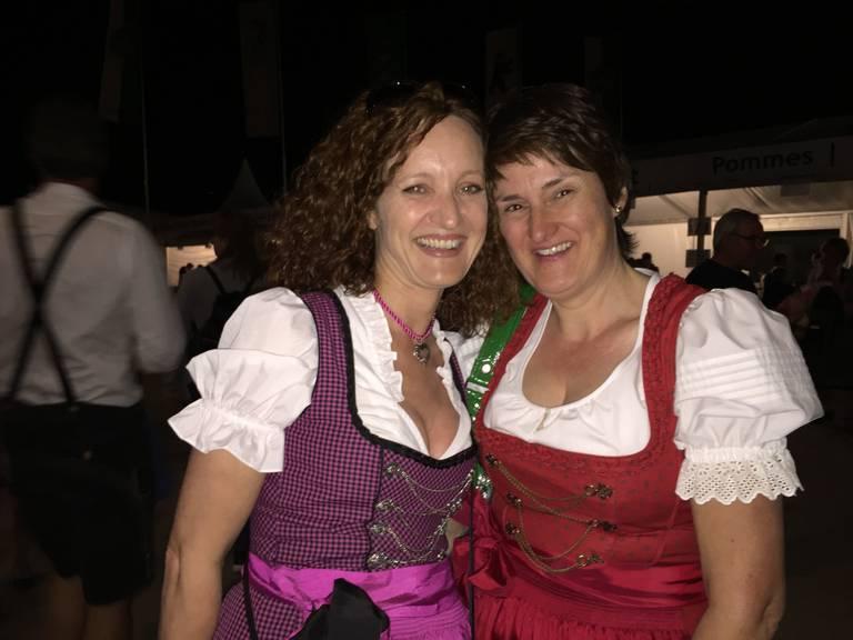 Claudia (links) aus Diepoldsau findet, dass Gabalier die Menschen enger zusammen brachte. (Bild: Lara Abderhalden)