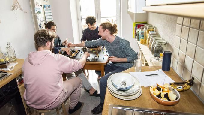Revival der Brettspiele: Diese vier Studenten haben sich ihren WG-Alltag in Quarantäne gemeinsam neu eingerichtet.