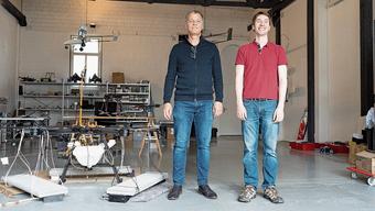 Simon Wilks (l.) und Andreas Antener neben einer Drohne an der Rohrerstrasse in Aarau
