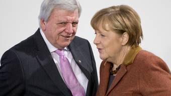 Die deutsche Kanzlerin Angela Merkel und Hessens Ministerpräsident Volker Bouffier sind sich einig: Bei einem Treffen der Ministerpräsidenten der Bundesländer mit der Kanzlerin verständigten sich beide Seiten auf eine  intensivere Zusammenarbeit bei der Abschiebung abgelehnter Asylbewerber.