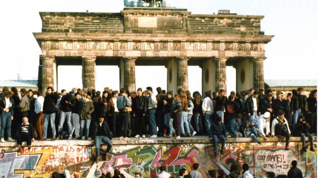 Berliner Mauer am Tag der Maueröffnung (Archiv)