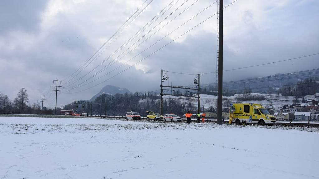 80-Jähriger wird beim Gleisüberqueren von Zug erfasst und schwer verletzt