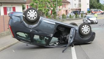 Dieses Auto überschlug sich nach einer seitlich-frontaler Kollision.