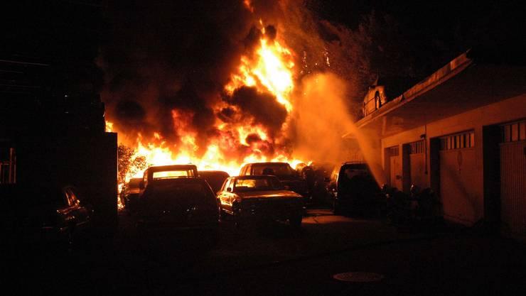 Neben Pneus wurden mehrere Fahrzeuge zerstört