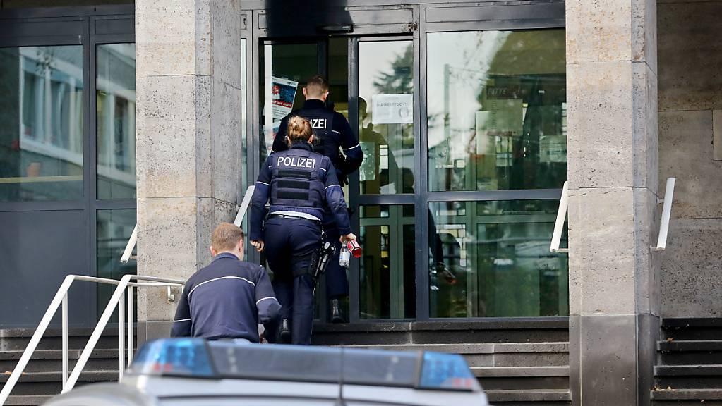 Polizisten betreten das Polizeipräsidium in Mülheim. Im Zusammenhang mit Chats mit rechtsextremen Inhalten bei der Polizei in NRW hat es am Dienstagmorgen erneut Durchsuchungen gegeben. Foto: Roland Weihrauch/dpa