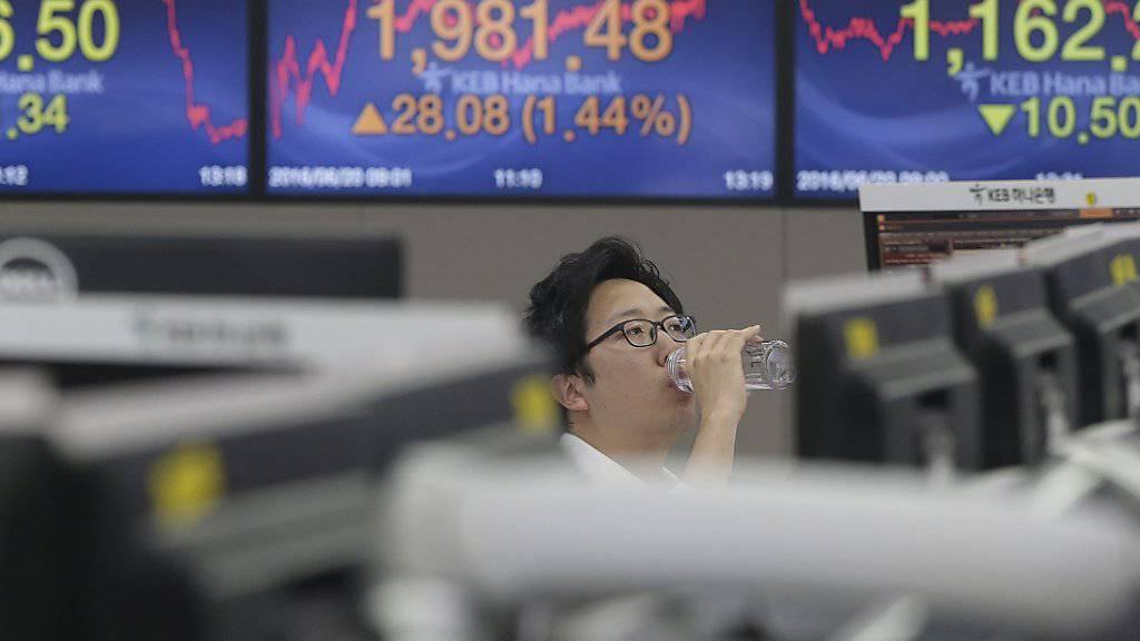 Ein Währungshändler vor Kurstafeln: In Tokio stieg das Pfund am Tag der Brexit-Entscheidung auf ein Jahreshoch.