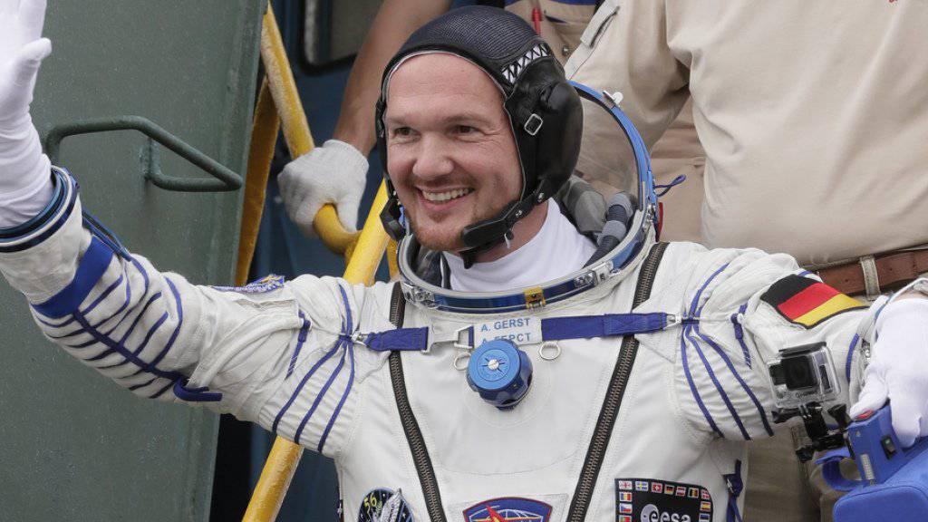 Ein letztes Winken vor dem Abflug: der deutsche Astronaut Alexander Gerst ist von Baikonur in Kasachstan zu seinem zweiten Raumflug gestartet.