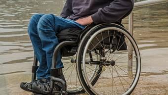 Das Mädchen musste mit leichten Verletzungen ins Spital gefahren werden. Der Rollstuhlfahrer blieb unverletzt. (Symbolbild)
