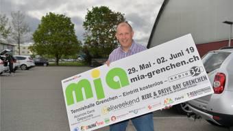 Christian Riesen, Organisator und Verantwortlicher der mia, mit einem der Werbeplakate, die er in den nächsten Tagen aufhängen wird.