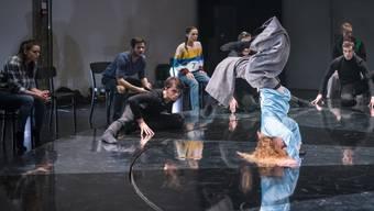 """Zentrales Element des Stücks ist eine grosse Drehscheibe, die an einen Roulettekessel oder an ein Glücksrad erinnert. Die Tänzerinnen und Tänzer verkörpern in """"Verzockt"""" unterschiedliche Spielertypen."""
