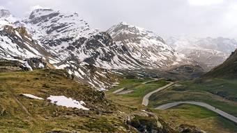 Gleich nach dem Start im mondänen St. Moritz die ersten Kurven hinauf in karges Land: Der Julierpass liegt auf 2284 Metern über Meer.