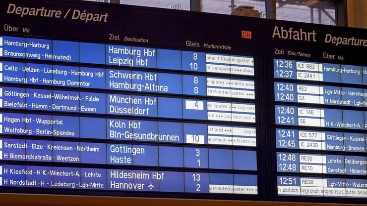 Die Tafel für Zug-Abfahrten zeigt am 18.01.2018 im Hauptbahnhof von Hannover (Niedersachsen) die Verspätungen und Zugausfälle an.
