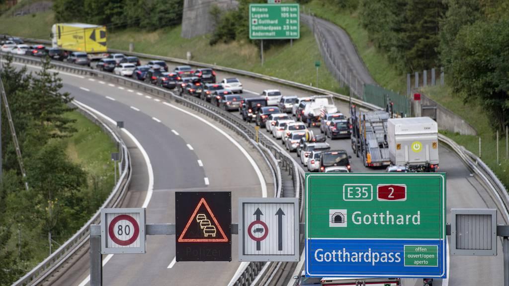 Stau am Gotthard in beide Richtungen