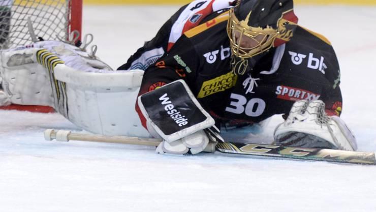 Goalie Leonardo Genoni spielt in der Playoff-Finalserie noch für den SC Bern - die darauffolgenden fünf Saison dann für den jetzigen Titelkonkurrenten EV Zug