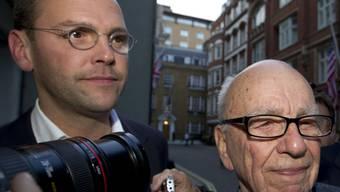 James Murdoch (l.) mit Vater Rupert (Archiv)
