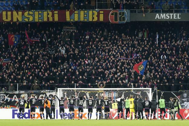 Die FCB-Spieler danken den Fans in der Muttenzerkurve für die lautstarke Unterstützung.