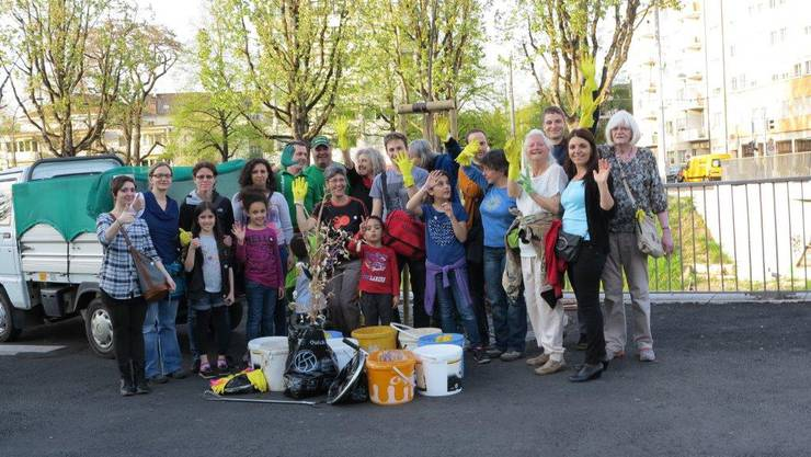 Gruppenbild mit dem gesammelten Abfall am Start- und Zielort an der Tramhaltestelle Kleinhüningen.