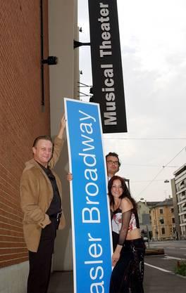 Florian Schneider, «Fame»-Produzent Thomas Dürr und die Musicalsängerin Caren Lyn Nanvel (von links) im August 2003 mit hoffnungsfrohem Strassenschild.