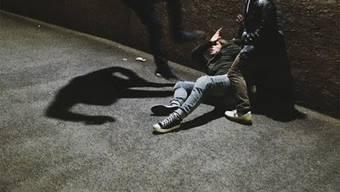 Am Freitag verletzten sich bei einem Streit im Stadtzürcher Kreis 12 drei Personen leicht.