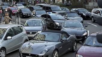 Im April sind in der Schweiz etwas weniger Autos in Verkehr gesetzt worden als vor einem Jahr. (Symbolbild)