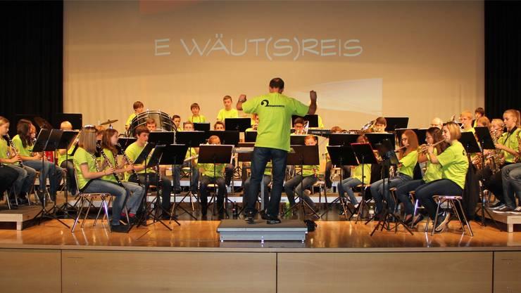 Das stattliche Jugendblasorchester auf der Bühne des Bienken-Saals in Oensingen.