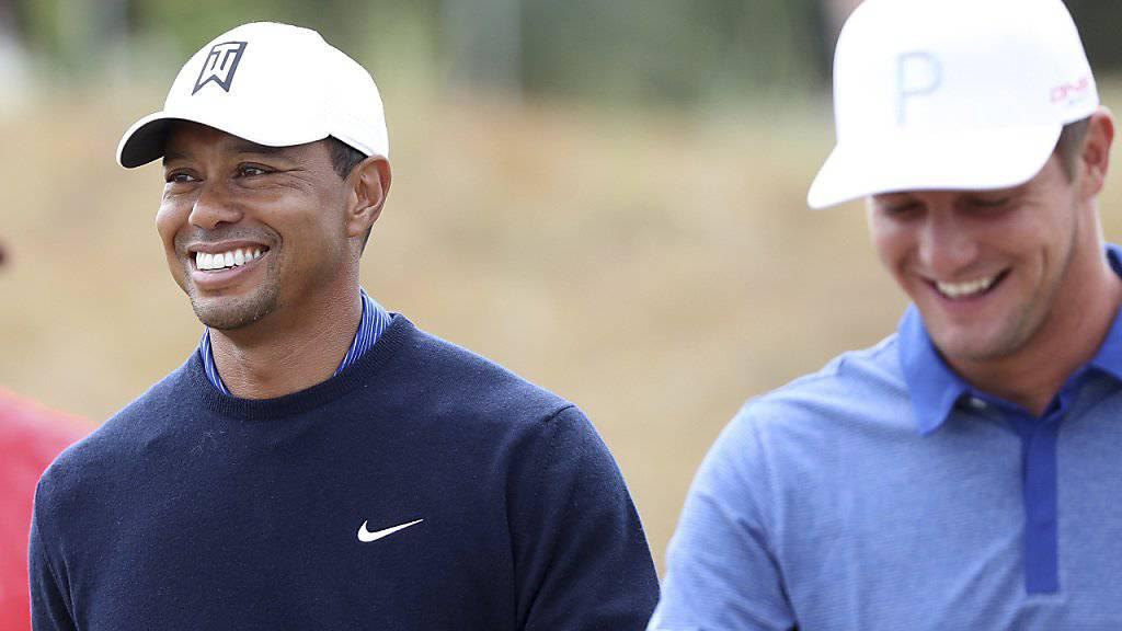 Der Verlierer und der Sieger bei bester Laune: Tiger Woods und Bryson DeChambeau