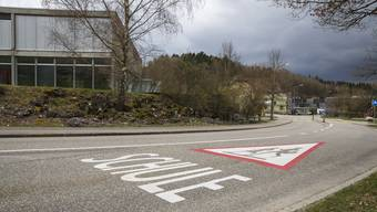 """Im Bereich der Schulanlage hat der Kanton vor einem Jahr Markierungen auf der Hauptstrasse angebracht. Dreiecke mit """"Achtung Schule"""""""