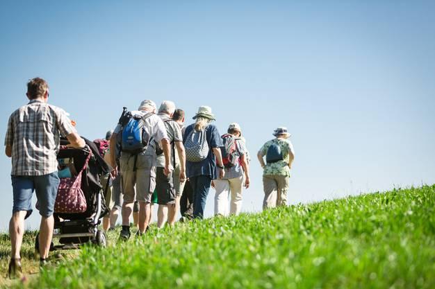68 Leserwanderinnen und Leserwanderer machen sich auf in den Märliwald.