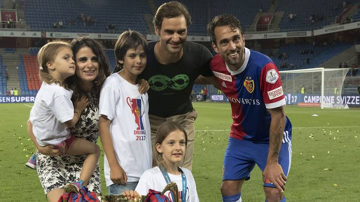 Matías Delgado mit seiner Frau Laura, Roger Federer und seinen Kindern Victoria, Nicolas und Dolores.