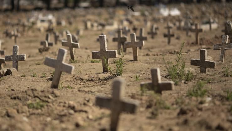 Kreuze stehen auf dem Caju-Friedhof in Rio de Janeiro, auf dem Opfer der Corona-Pandemie begraben wurden. In Brasilien gibt es laut der Universität Johns Hopkins 3,5 Millionen bestätigte Sars-CoV-2-Infektionen und rund 113 000 Todesfälle. Foto: Silvia Izquierdo/AP/dpa