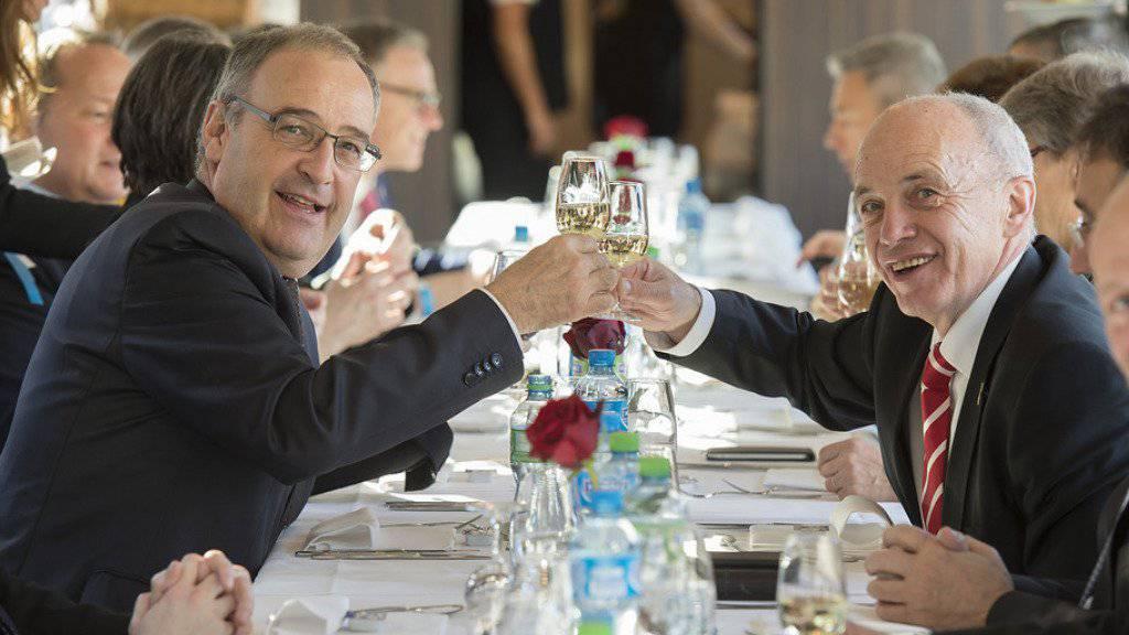 SVP-Bundesräte unter sich: Der neugewählte Guy Parmelin, links, stösst im Zug mit Ueli Maurer an.