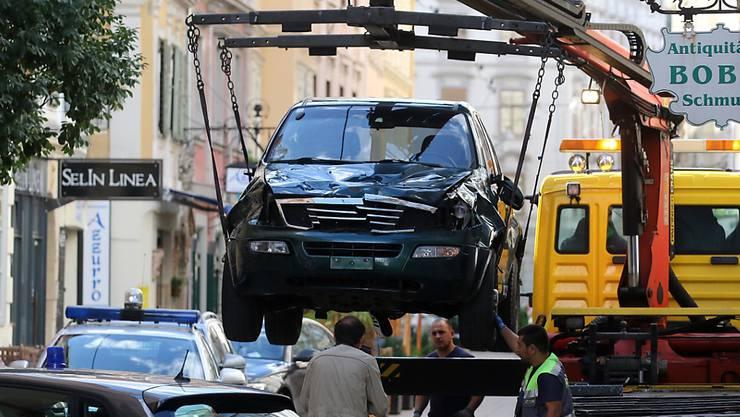 Mit diesem Auto fuhr der Mann in die Fussgänger - drei Menschen starben. Der Autofahrer muss lebenslänglich ins Gefängnis. (Archiv)