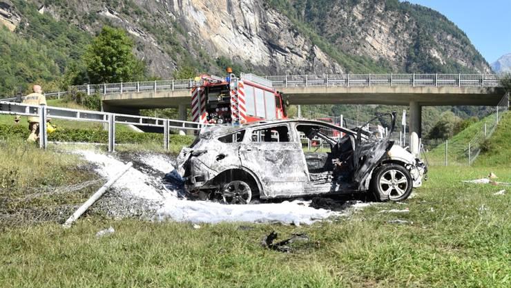 Das Auto überschlug sich neben der Autobahn und begann dann zu brennen.