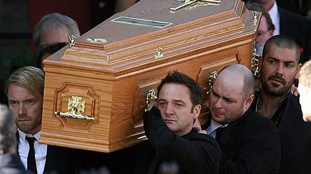 Boyzone tragen ihren Sänger Stephen Gatley zu Grabe (Archiv)