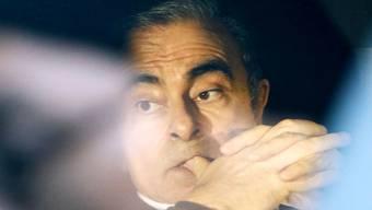 Ex-Nissan-Chef Carlos Ghosn hätte gerne am Vorstandstreffen des Autobauers Nissan teilgenommen - ein entsprechender Antrag wurde vom Gericht aber abgelehnt. Im Bild sitzt Ghoshn nach seiner Entlassung aus der Untersuchungshaft in einem Auto in Tokio. (Archivbild)