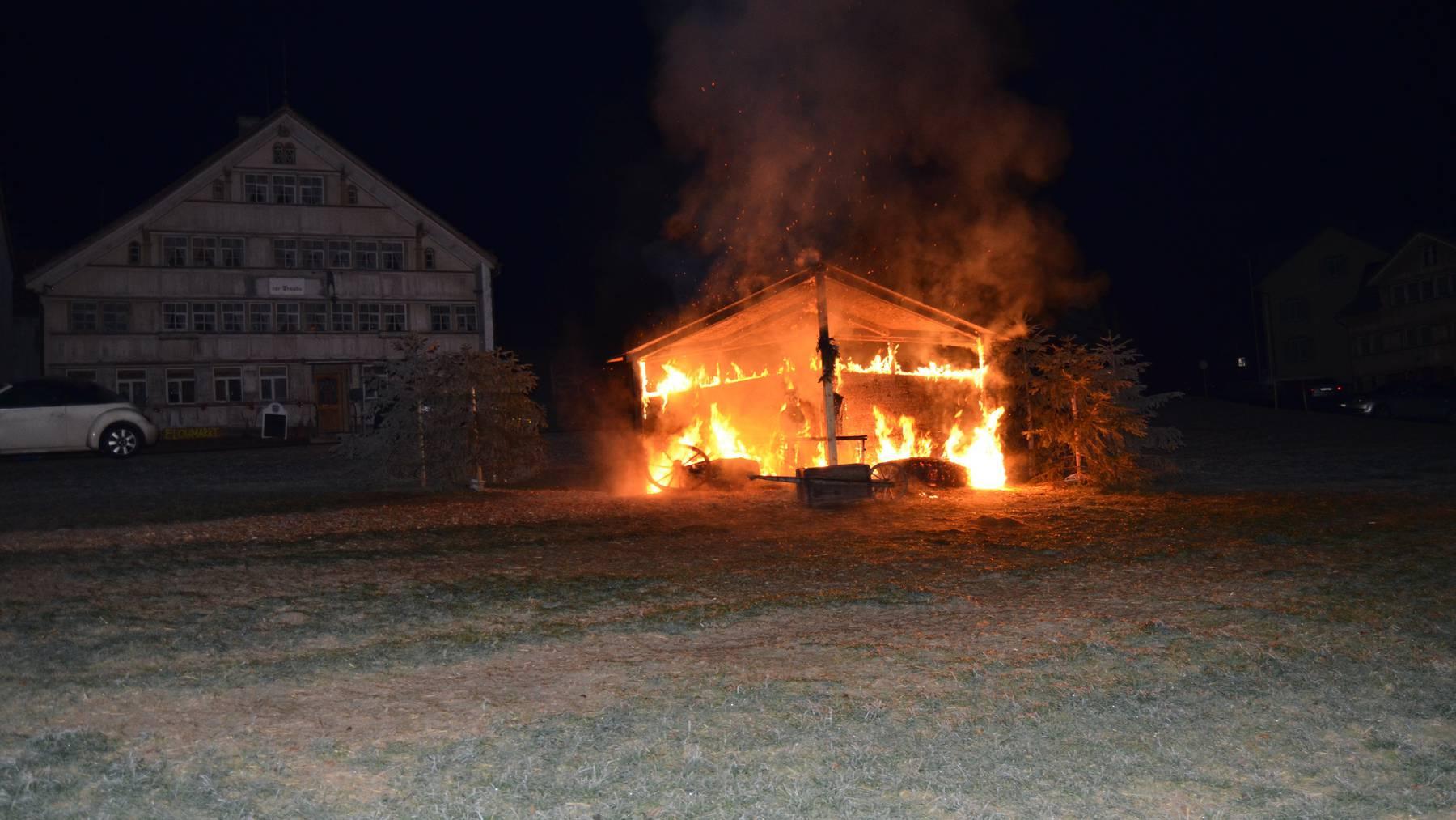 Mitten in der Nacht brannte die Krippe auf dem Landsgemeindeplatz in Hundwil.