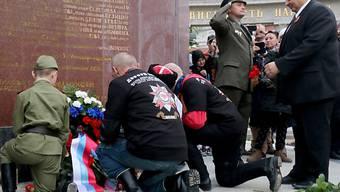 """Zwei """"Nachtwölfe"""" legen am Russendenkmal in Wien einen Kranz nieder"""