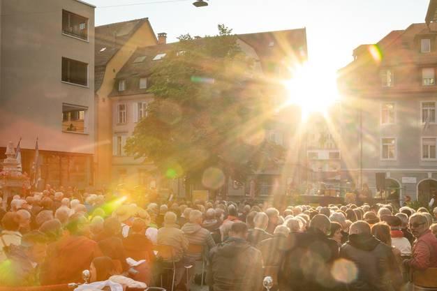 Anlässlich der Feierlichkeiten 200 Jahre Gemeinde Ennetbaden wurde die Gemeindeversammlung auf dem Postplatz wie eine Landsgemeinde veranstaltet.