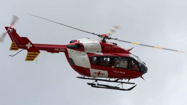 Der Rega-Helikopter flog aufgrund der Wolkendecke tiefer als sonst üblich. (Symbolbild)