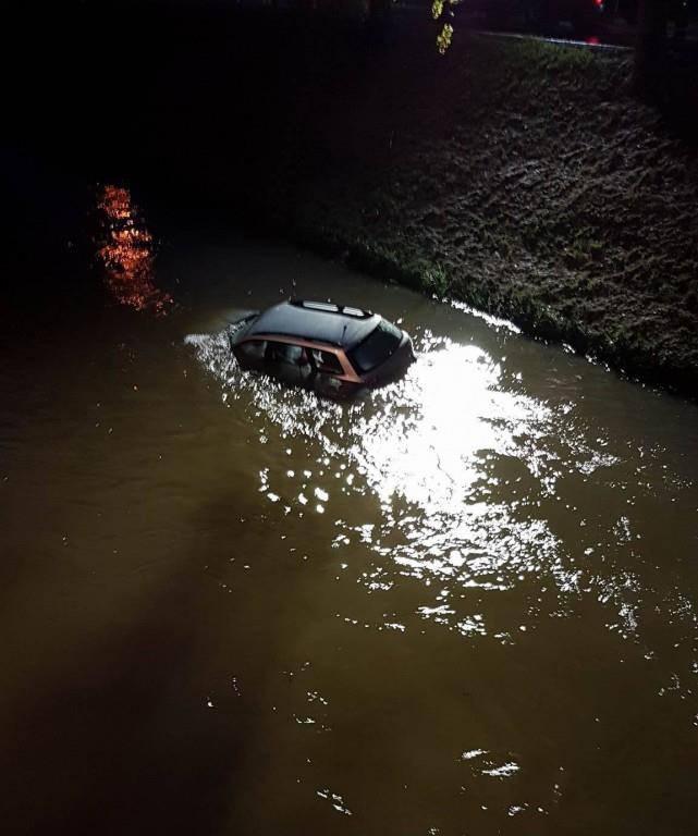 Mann versenkt Auto im Binnenkanal