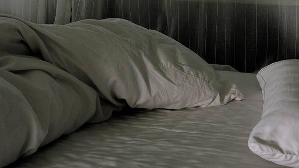 Auf einem Bett in einem Kellerabteil soll der Mann mehrere betäubte Frauen missbraucht haben. (Symbolbild)