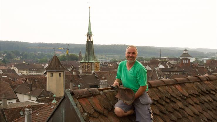 Hoch über den Dächern von Solothurn ist Dachdecker Peter Huber in seinem Element.