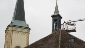 Einbau nach erfolgreicher Renovation: Tötenglöcklein im Türmchen über dem Chor der Kirche in Sulz. (dd)