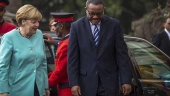 Der äthiopische Premier Hailemariam Desalegn - hier beim Besuch der deutschen Kanzlerin - verschärft die Einschränkungen für oppositionelle Medien im Land. (Archivbild)