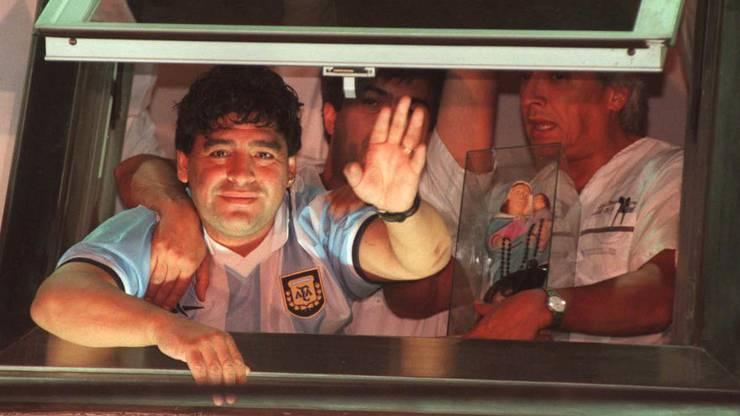 Maradona winkt im Jahr 2000 aus einem Spital in Buenos Aires.
