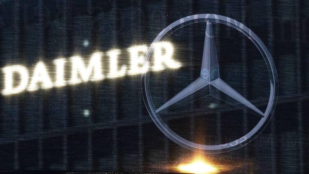 Der Autobauer Daimler steigt für seine Elektroautos in die Batteriezellen-Allianz der französischen Grosskonzerne Stellantis und Totalenergies ein. (Archivbild)