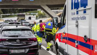 Sanitäter und Polizisten werden im Ernstfall zuweilen von Autos behindert, die im Weg stehen. Symbolbild/ZVG