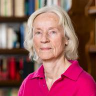 Annemarie Pieper – PhilosophinAnnemarie Pieper war von 1981 bis 2001 in Basel Professorin für Philosophie. Als eine der ersten Frauen wurde sie an die Universität Basel berufen, auf den Lehrstuhl von Karl Jaspers. Im Alter von 60 Jahren vollzog sie einen aussergewöhnlichen Schritt und liess sich frühzeitig pensionieren. «35 Jahre an der Universität lehren, das reicht», sagte sie. Seither beschäftigt sie sich weiter mit Philosophie und schreibt Romane. Pieper wurde 1941 in Düsseldorf geboren. Heute lebt sie in Rheinfelden, wo sie – auch während der Coronakrise – jeden Mittag mindestens eine Stunde Velo fährt. (ras)